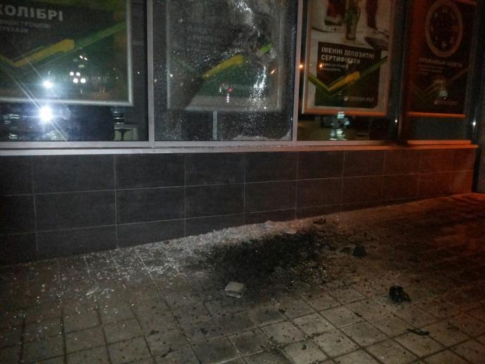 Во Львове подожгли Сбербанк России: опубликованы фото (2)