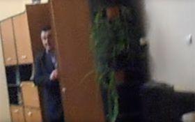Поліцейський начальник на Закарпатті сховався від людей в шафі: з'явилося відео