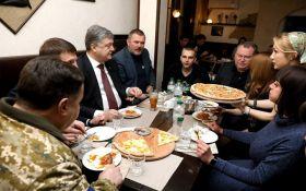 Порошенко поел пиццы с ветеранами: появились фото