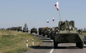 Росія зігнала колону військової техніки до кордону України: опубліковано відео