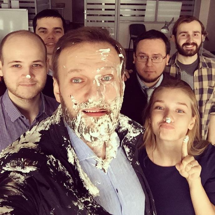 Навальному в лицо прилетели два торта: появились фото и видео (1)