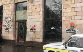 В центре Киева на месте Икон Революции появилась политическая реклама