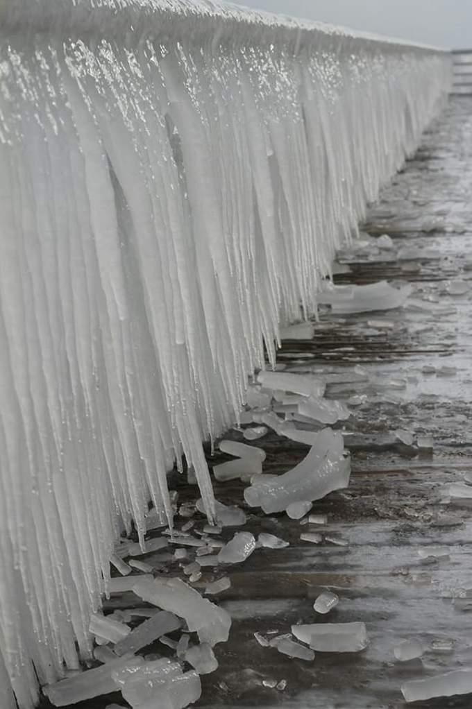Пляжи Одессы после шторма украсили удивительные сосульки: появились фото и видео (4)