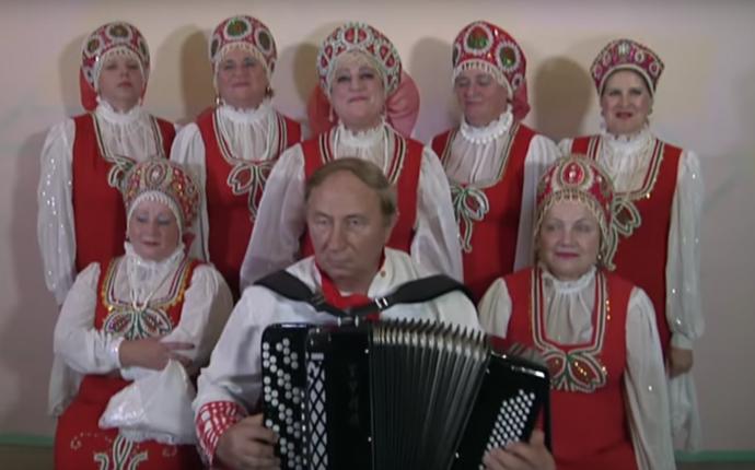 Заміж за Путіна: соцмережі підірвало відео з божевільним жіночим хором з Росії (1)