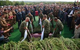 Щоб порожню труну ніхто не побачив: в мережі бурхливо обговорюють охорону біля могили Захарченко
