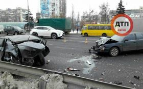 В жутком ДТП в Киеве машины смяло, как бумажные: появились фото