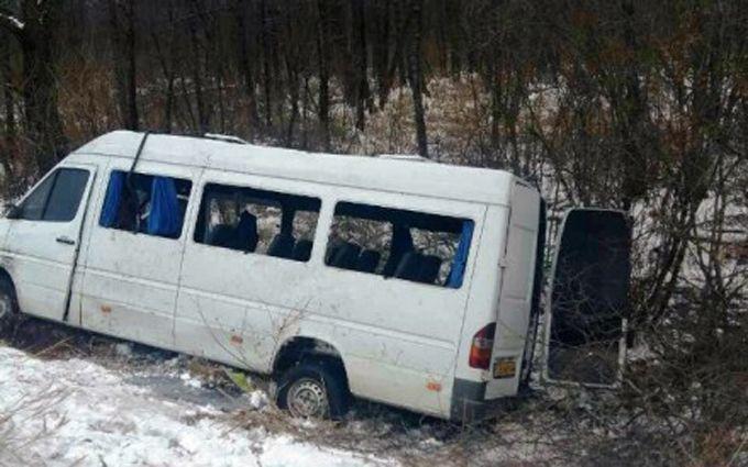 ВЧерниговской области перевернулась маршрутка, 17 человек пострадали