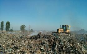 Огромная мусорная свалка пылает под Киевом: появились фото