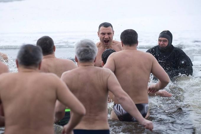 Крещение-2018: сеть обсуждает купание украинских политиков в проруби (1)