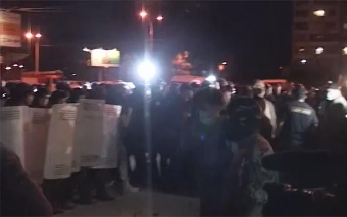 Бійки, дим і вогонь: з'явилося нове відео побоїща під судом в Києві