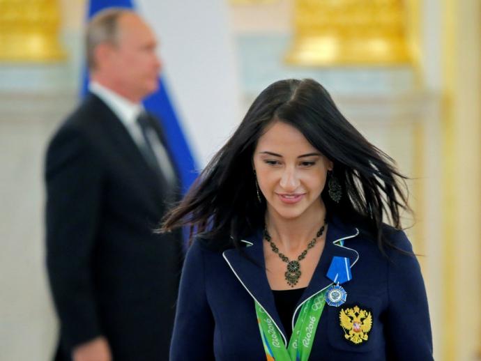 Путін шокував поглядом, торкаючись до грудей чемпіонки: опубліковано фото (3)