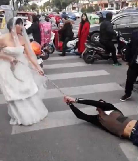 У Китаї наречена притягла нареченого на весілля на ланцюгу: скандальне відео (2)