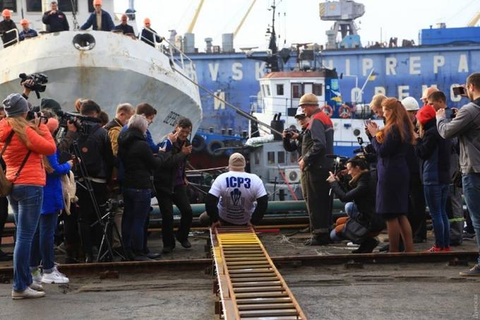 Протащил зубами корабль массой 600 тонн: украинец попал в Книгу рекордов Гиннесса (3)