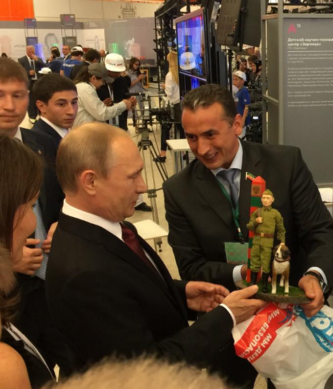 Путіну подарували його зменшену копію, соцмережі сміються: з'явилося фото (1)
