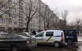 В Киеве со стрельбой пытаются задержать вооруженного мужчину: появились фото