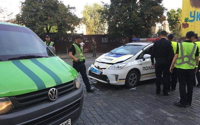 У Києві авто патрульних влетіло в інкасаторів: опубліковані фото
