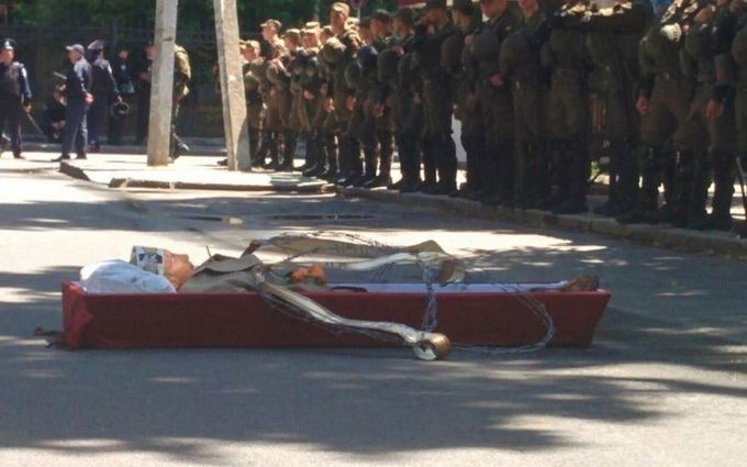У Харкові Путіна поклали в труну: опубліковані фото і відео