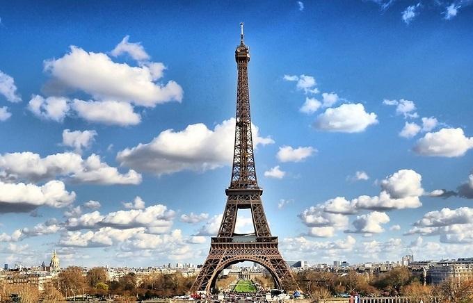 У Парижі загорілася одна з визначних пам'яток: з'явилися фото і відео