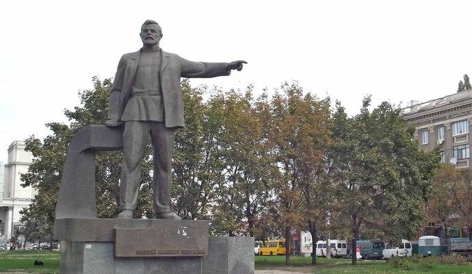 В Днепропетровске свалили памятник