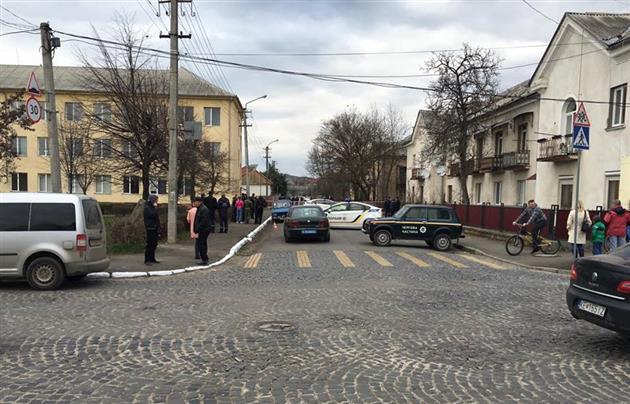 В Мукачево посреди бела дня на улице произошла перестрелка: опубликованы фото и видео (4)