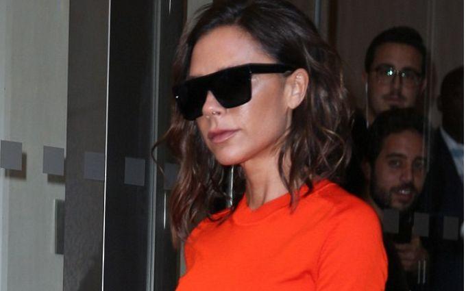 Вікторія Бекхем похизувалась яскраво-помаранчевою сукнею після бурхливої вечірки: з'явилися фото