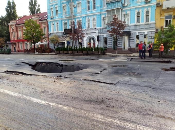После ливня в центре Киева провалился асфальт: опубликованы фото (1)