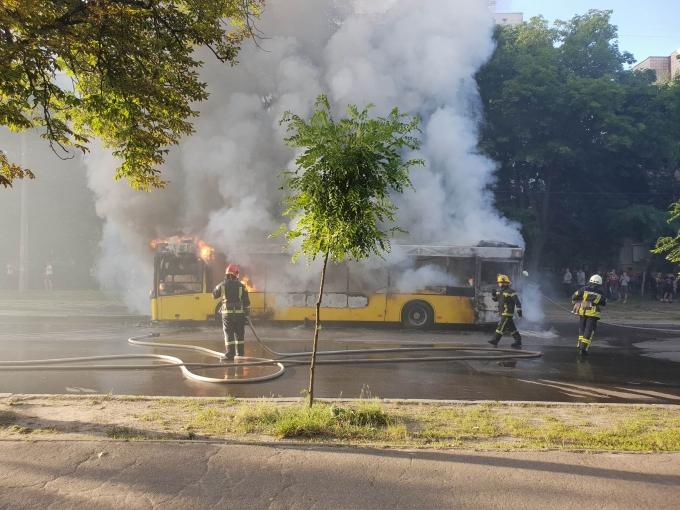 В Киеве вспыхнул автобус: опубликованы шокирующие фото и видео (2)