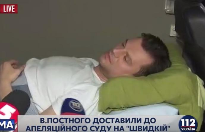 Фігуранта гучної справи привезли до суду на лікарняному ліжку: опубліковані фото (1)