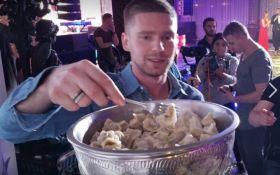 Российский хоккеист ел пельмени из Кубка Стэнли