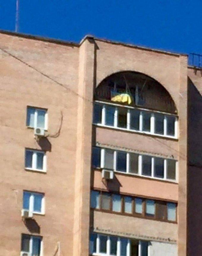 В Донецке флаг Украины появился на доме одиозного боевика: опубликованы фото (1)