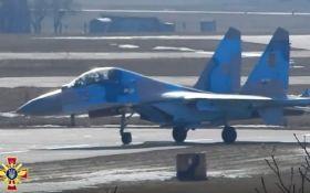 Воздушный бой с высшим пилотажем: появилось видео учений авиации ВСУ