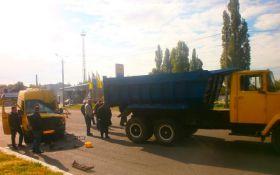На Дніпропетровщині маршрутка з пасажирами в'їхала у вантажівку: постраждало 7 осіб, з'явилося відео