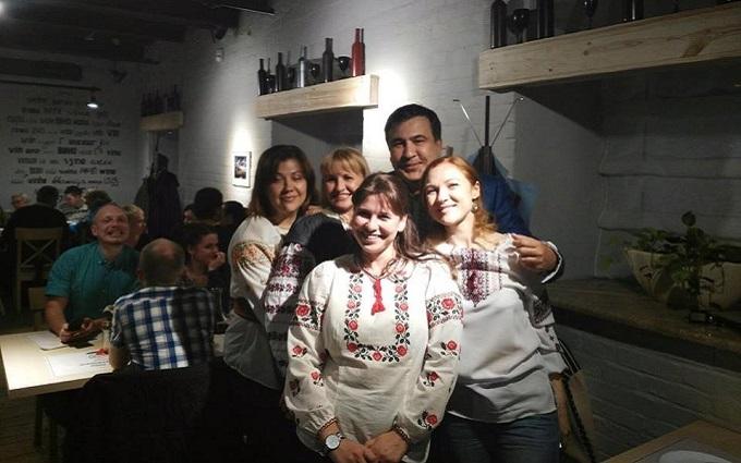 Саакашвили похвастался фото в вышиванке с красавицами