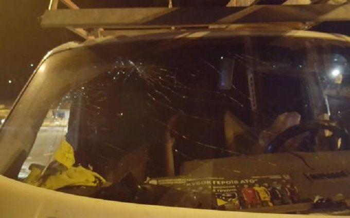У Києві зіткнулися вантажівка і мікроавтобус, є постраждалі: опубліковані фото