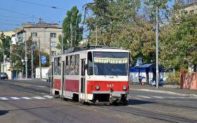 В Киеве трамвай переехал человека, движение блокировано