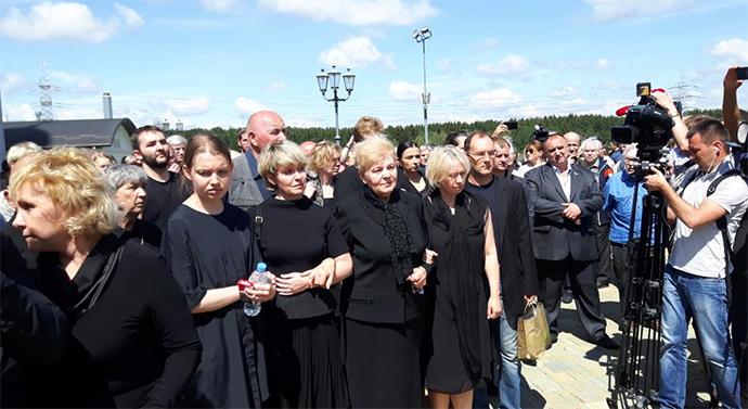 Вбитого журналіста Шеремета поховали під Мінськом: опубліковані фото (1)