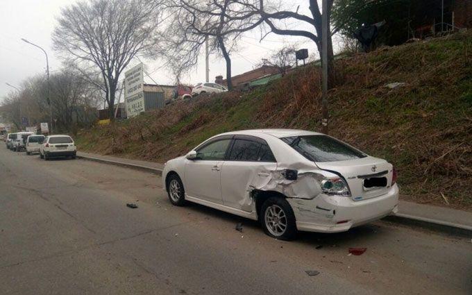 ВоВладивостоке девушка столкнулась с11 припаркованными автомобилями