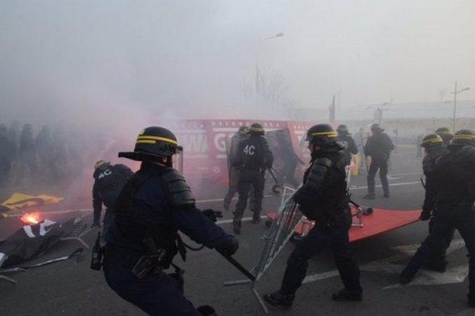 Французские националисты на митинге против мигрантов палят шины: появились видео и фото (1)
