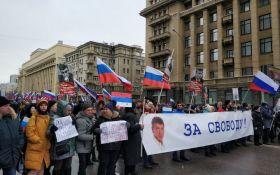 """""""Путін, всіх не перестріляєш"""": в Росії пройшли масштабні марші пам'яті Бориса Нємцова"""
