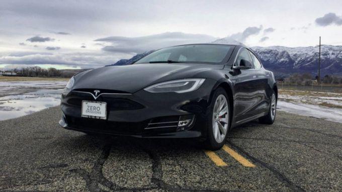 Електрокар Tesla став найшвидшим бронеавтомобілем в світі: опубліковано відео