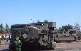В России после военного парада перевернулся танк - появилось видео