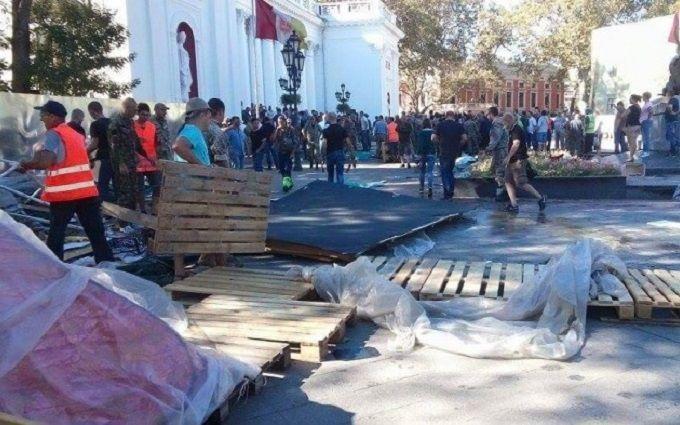 В Одесі з бійками знесли намети противників мера: опубліковані фото