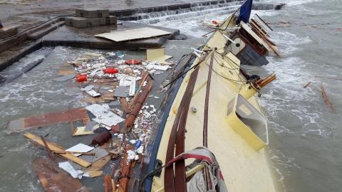В Одесі через шторм затонула шхуна (2)