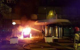 В Нидерландах совершена мощная атака на офис крупнейшей газеты страны: опубликованы фото и видео