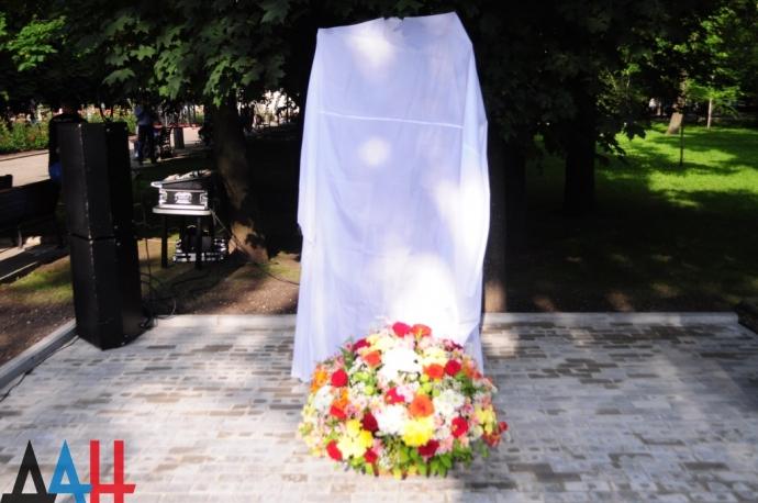 В окупованому Донецьку поставили новий пропагандистський пам'ятник: опубліковані фото (1)