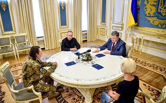 Порошенко зустрівся з полковником, звільненим з полону бойовиків: опубліковані фото