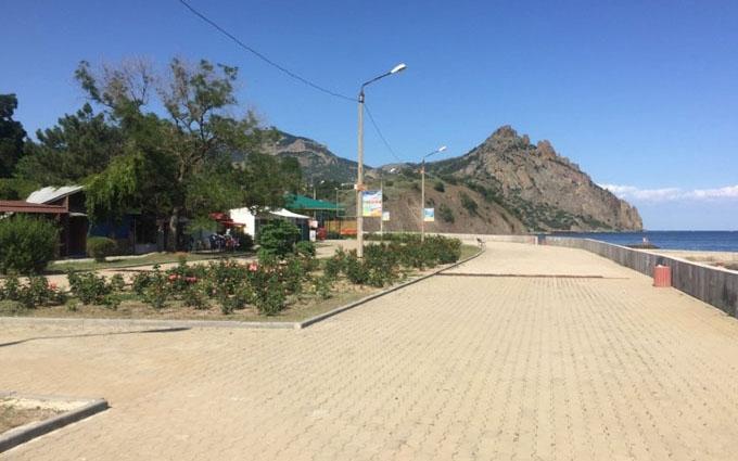 Російський блогер в Криму здивувався порожнім пляжам і розкритикував місцеве вино: з'явилися фото