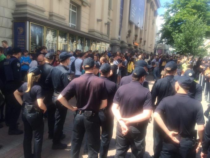 Люди в балаклавах ходили по центру Києва і шукали геїв: з'явилося фото (1)