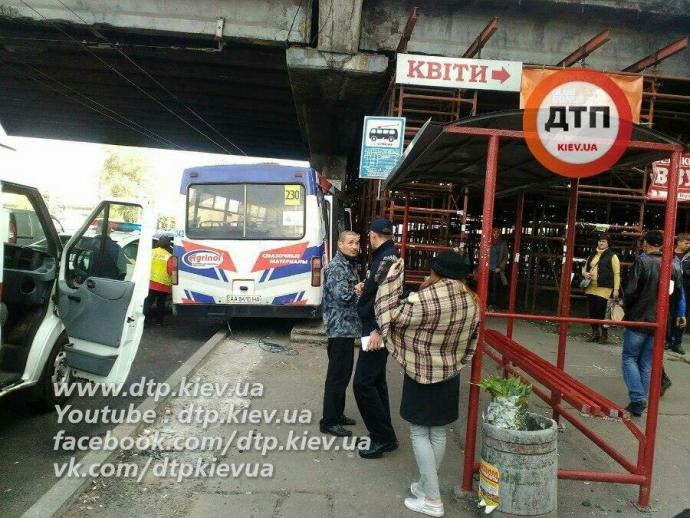 У Києві розбилася маршрутка, є постраждалі: з'явилися фото (1)