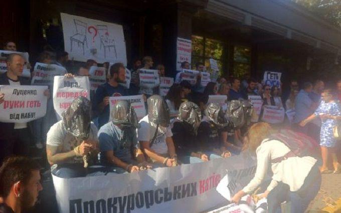 Під ГПУ з пакетами на головах протестують активісти: опубліковані фото
